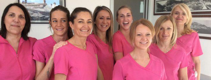 De gauche à droite: Mylène, Julie, Christelle, Céline, Christine, Aurélie, Valérie, Isabelle vous accueillent au sein du cabinet des dentistes Drs Fino, Gabaï,Michel, Lamure et Tibi.
